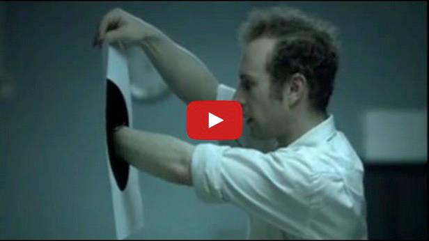 cortometraggio che unisce buchi neri e avidità